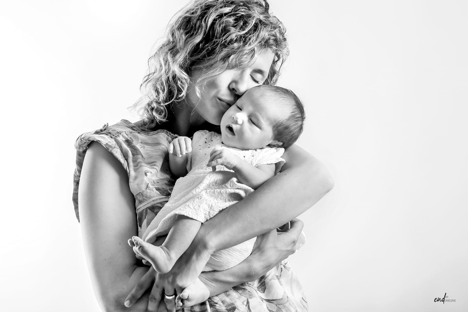 Photo New Born de maman et son bébé, réalisée par Emeline DELSAUT à Naucelle près de Rodez