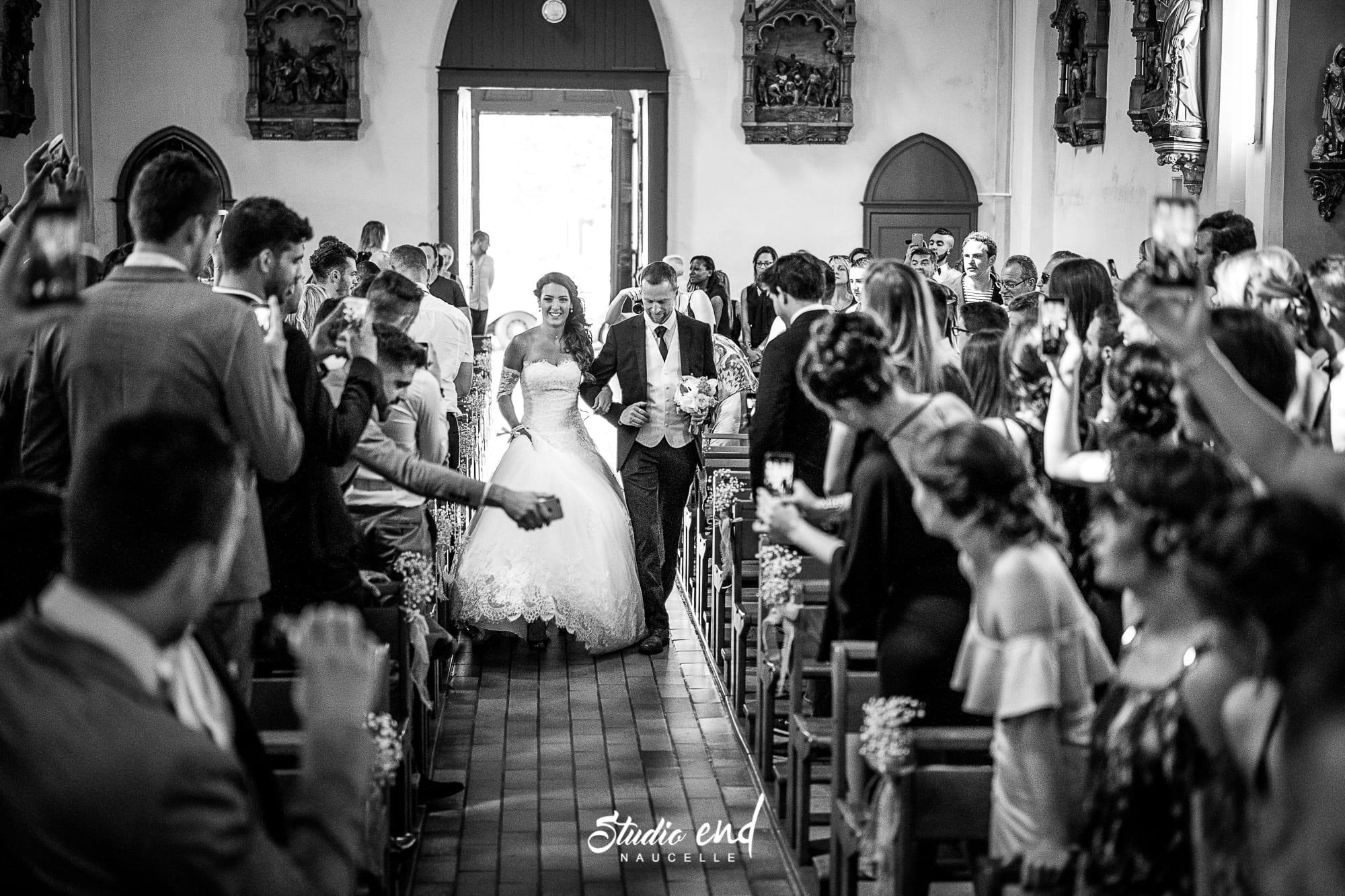 Photo de mariage dans le Tarn Reportage mariage Entrée de la mariée dans l'éqlise de Marssac sur Tarn