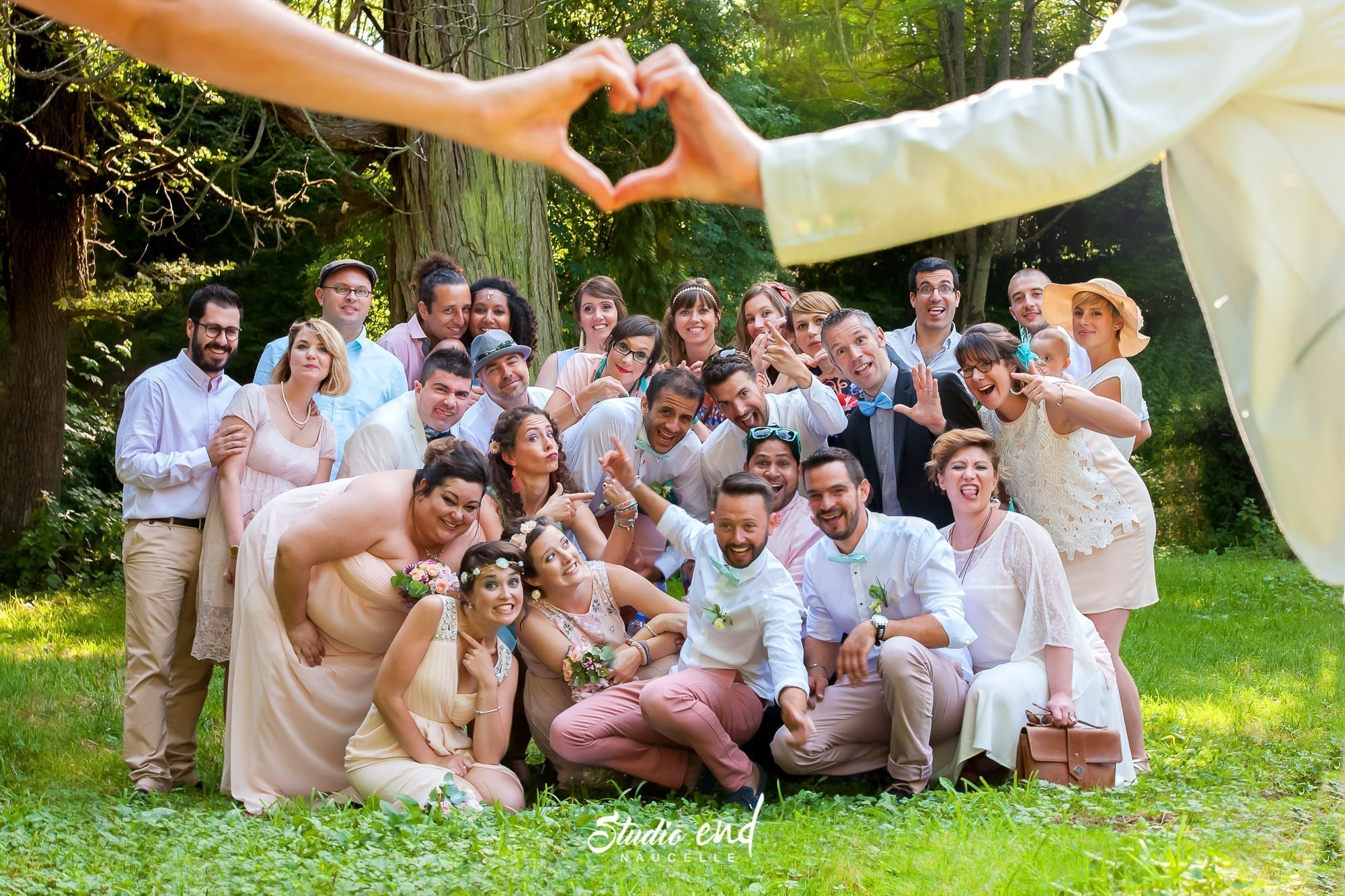 Photo de groupe originale pendant un mariage Occitanie