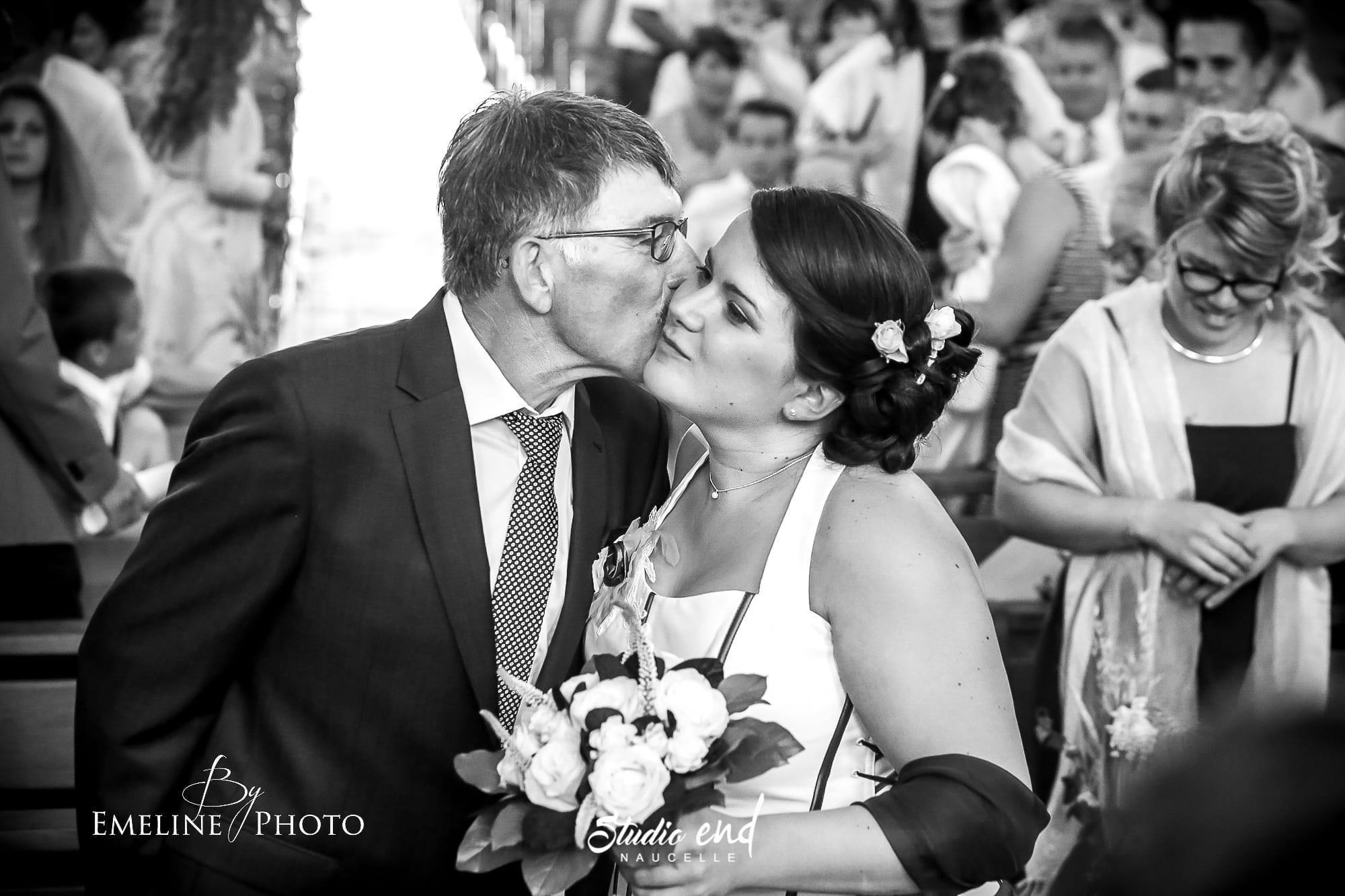 Le père embrasse la mariée photo et reportage mariage à l'église par le Studio END