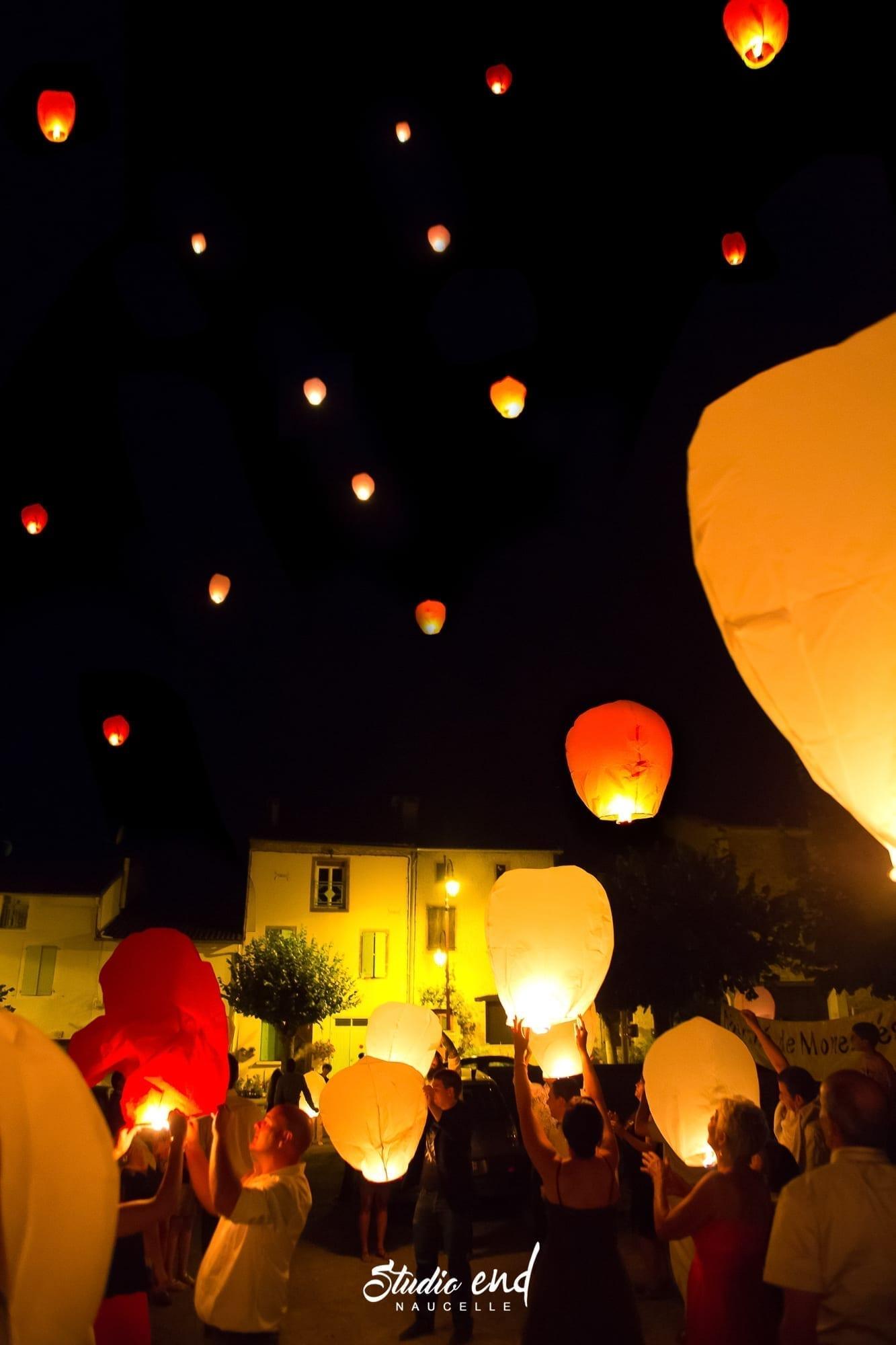 photo lanternes chinoises lancées dans la nuit pour un mariage en Aveyron