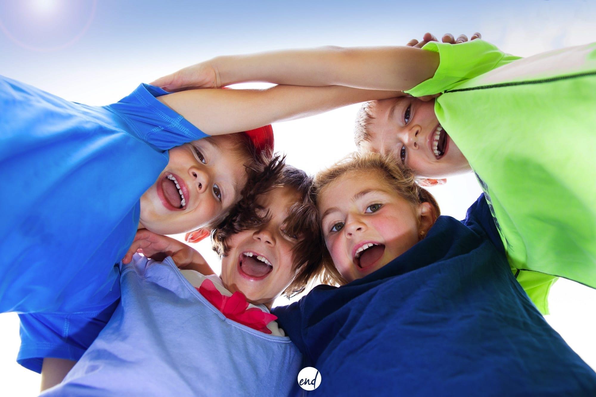 Photographie de jeunes joyeux en cercle, esprit d'équipe, solidarité, joiePhotographie de groupe en Aveyron à Naucelle Studio End