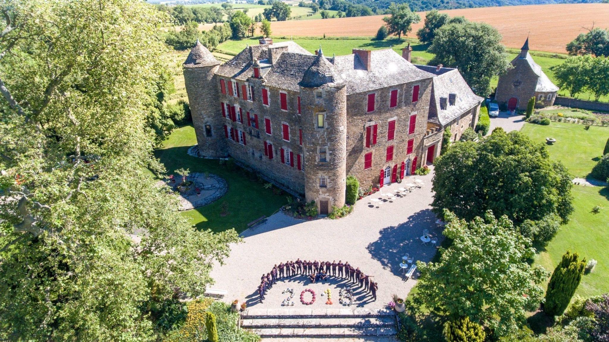 Photo aérienne au drone des pompiers posant devant le château du bosc