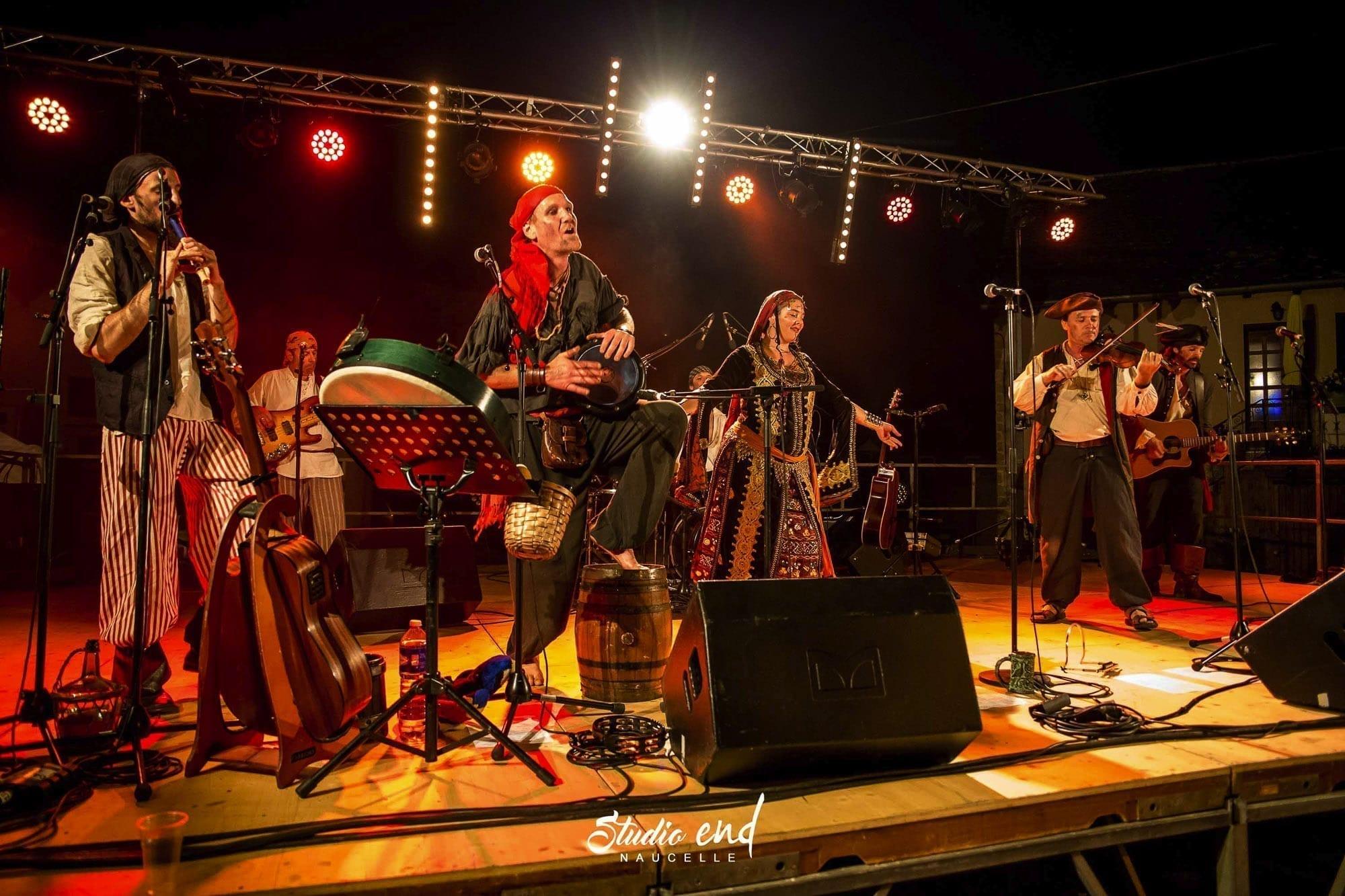 Concert de pirates pendant le Festival la Rue et à Moy à Moyrazes en Aveyron