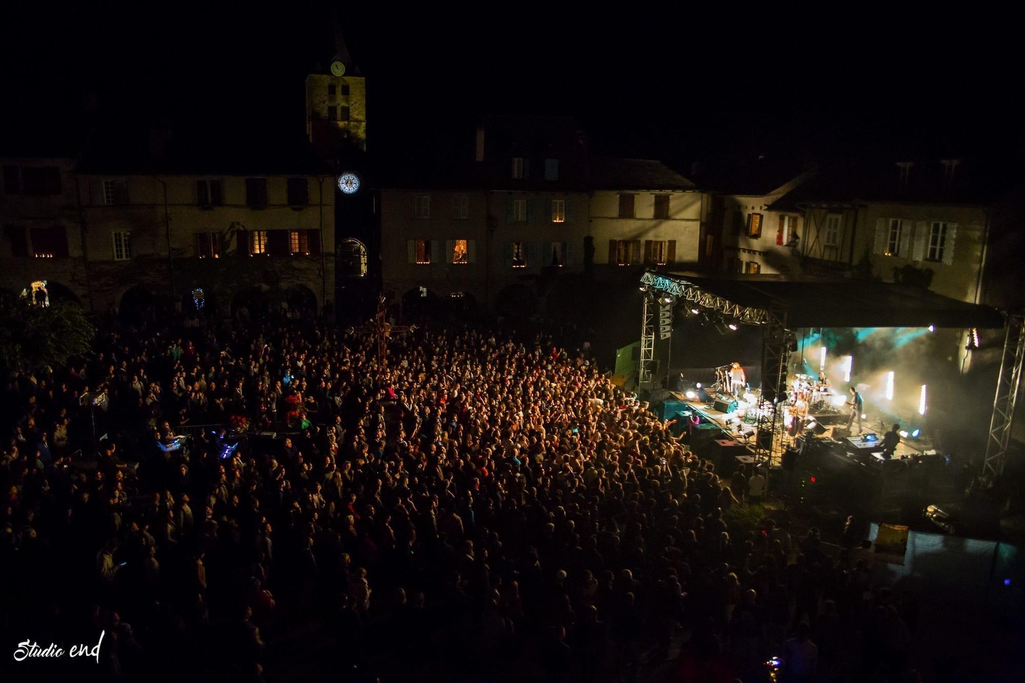 Foule pendant un concert musique sur la place du village entre Rodez et Albi