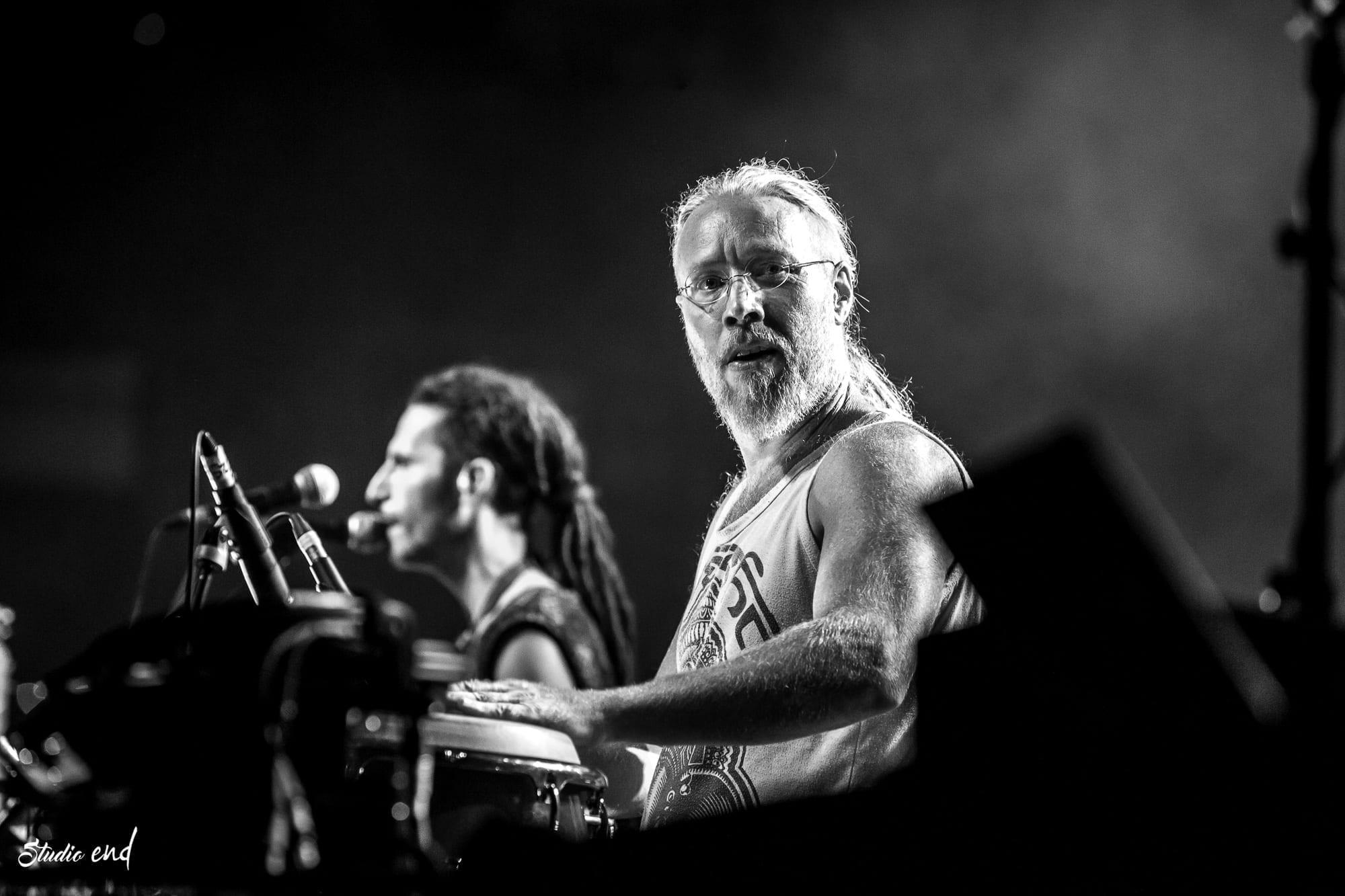 Roots percussionniste du groupe Hilight Tribe en Concert live en Aveyron