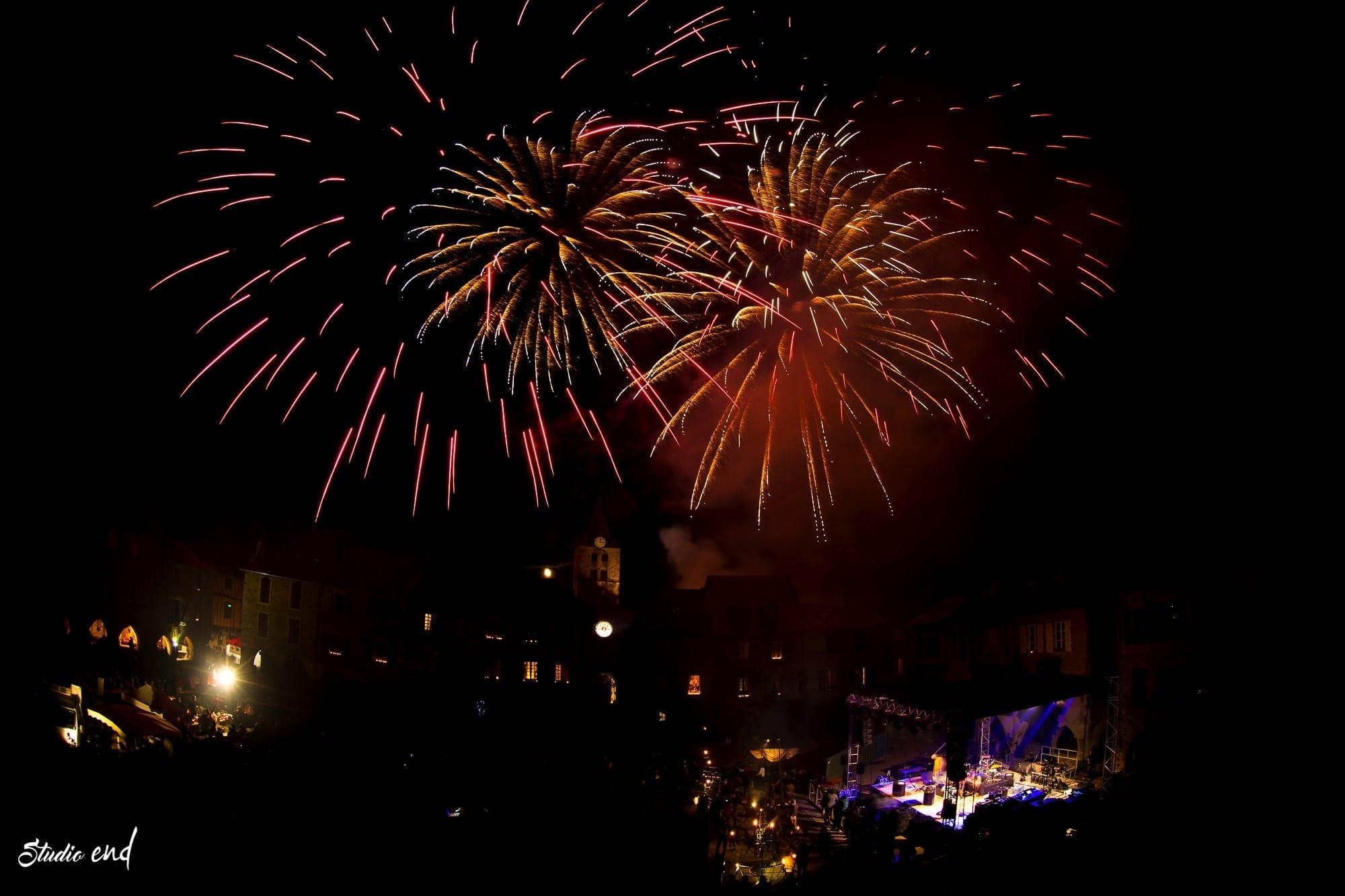 photo Feu d'artifice de cloture de la fête de la lumière à Sauveterre de Rouergue