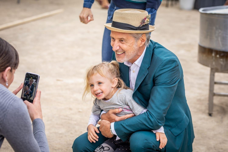 Photo petite fille et Antoine de Caunes