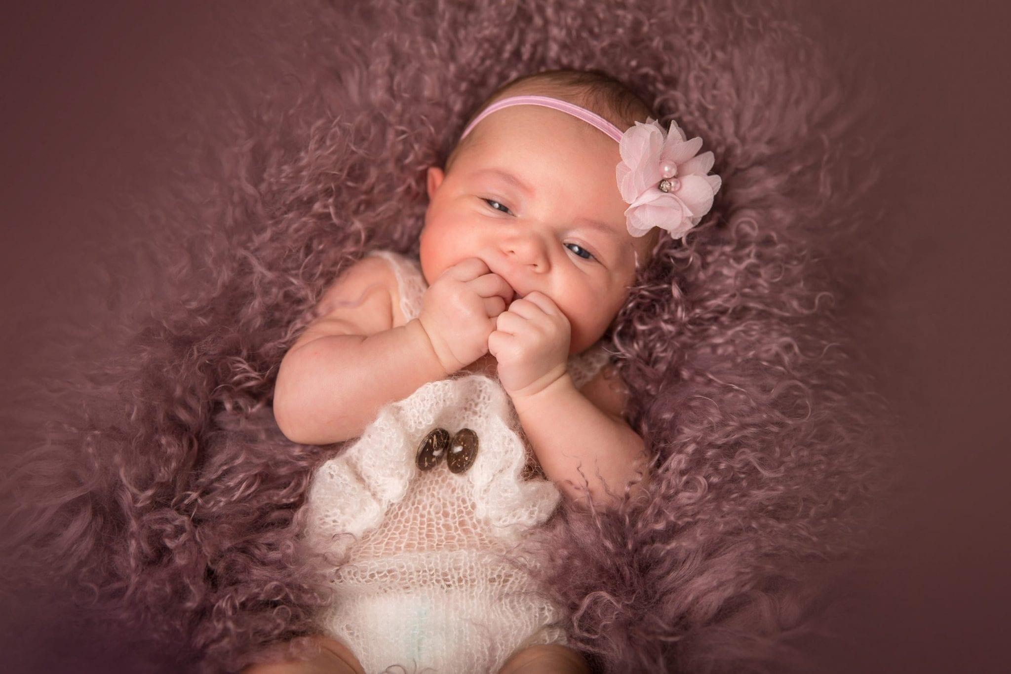 Photo de bébé, nourrisson fille, nouveau né mignonne artistique à Rodez