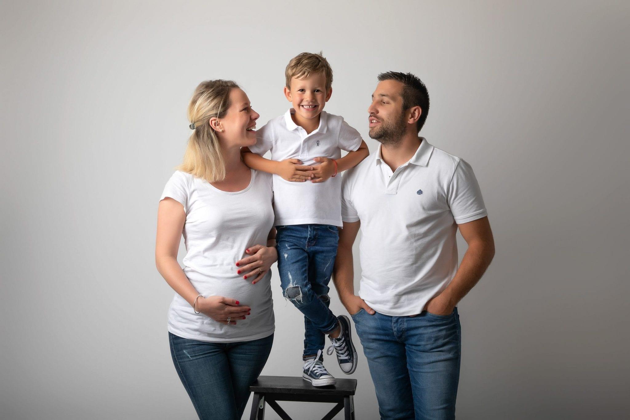 Photo de grossesse avec Papa et Maman et grand frère - Studio END By Emeline Photo