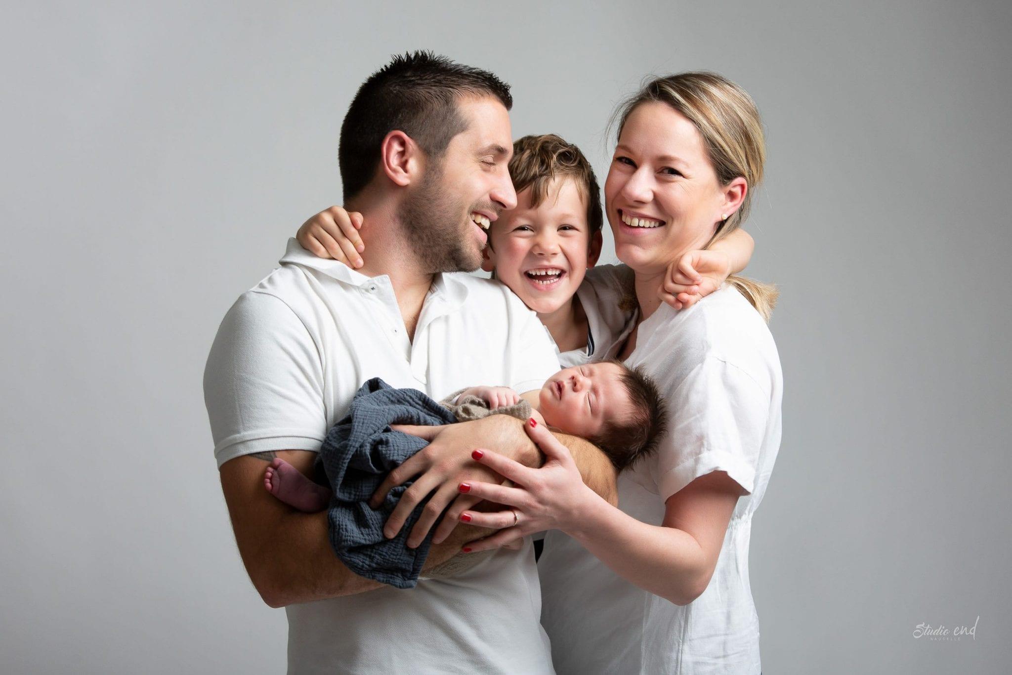 Famille et nouveau né en Aveyron à la lisière du Tarn