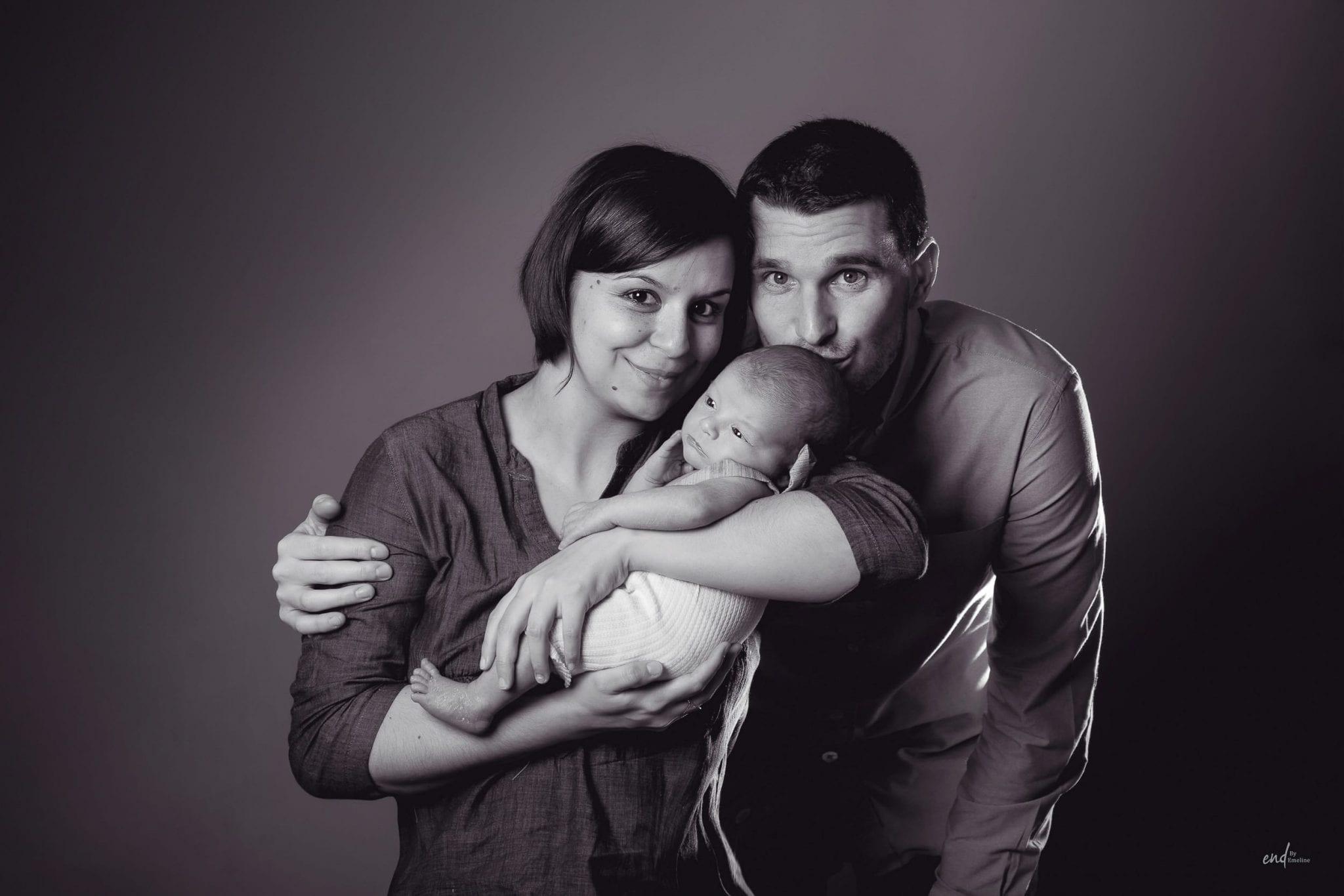 Photo de famille avec papa, maman et bébé