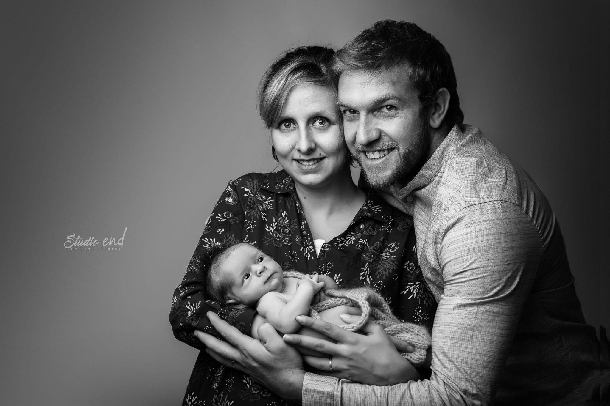 Photographe de nouveau né - bébé et papa maman Emeline Delsaut
