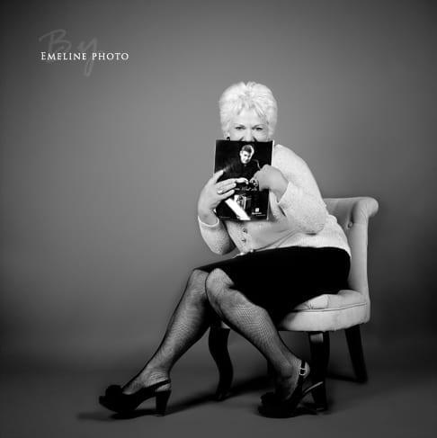 Book mode, photo de portrait dame de soixante ans