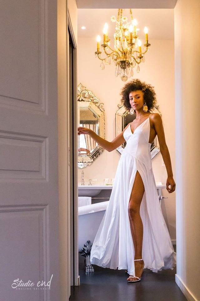 Photographie de mode, femme noire en robe blanche. Mouvement dynamique