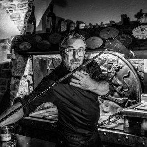 Le chef Gilles Taurines dans sa cuisine