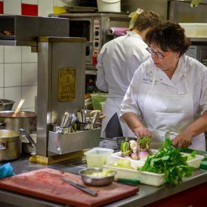 La cheffe Nicole Fagegaltier en cuisine