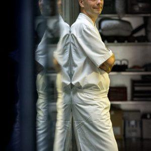 Le chef Christophe Chaillou dans sa cuisine à Rodez
