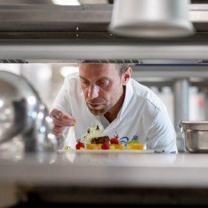 Le chef Johan Thyriot dans sa cuisine