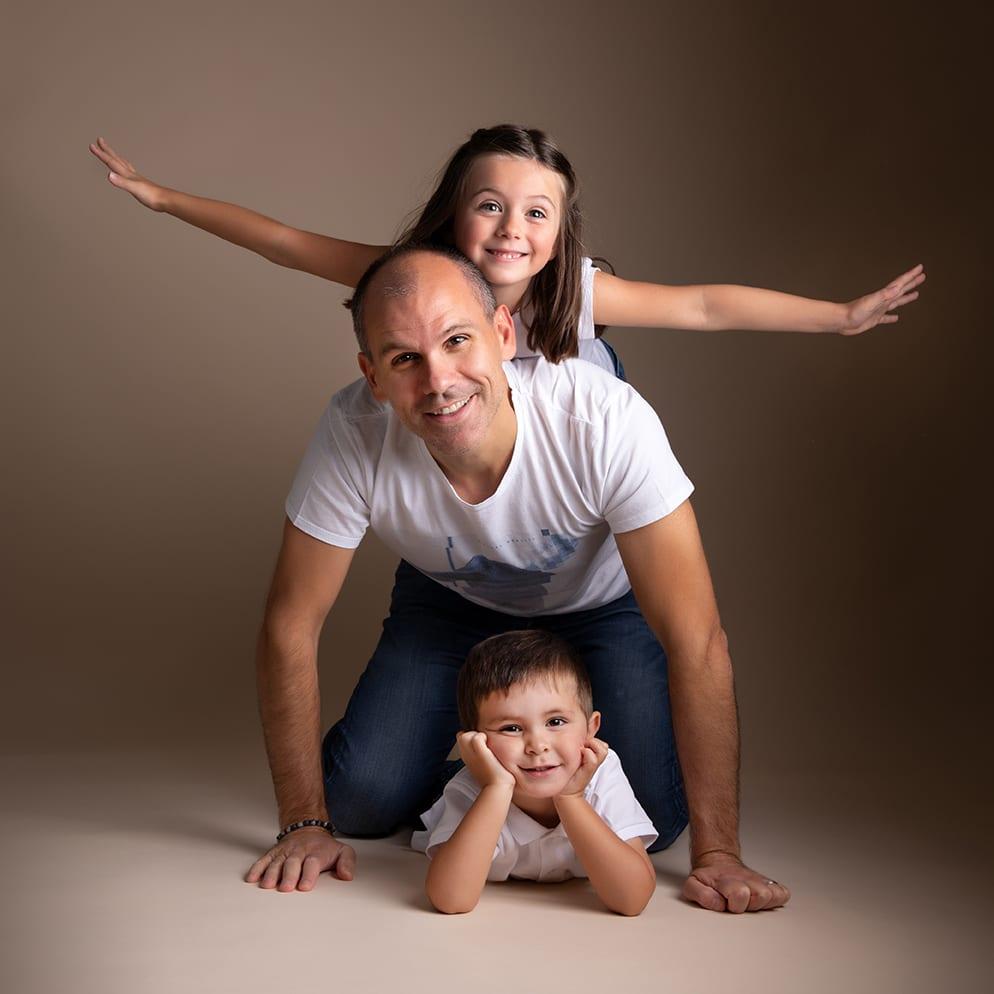 Photographe papa et enfants en studio