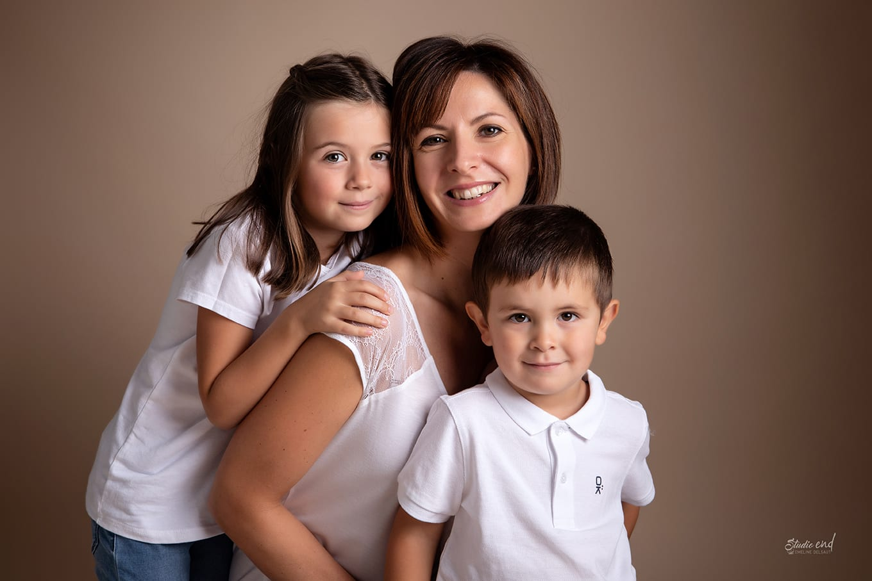 Photographe famille, maman et enfants en aveyron