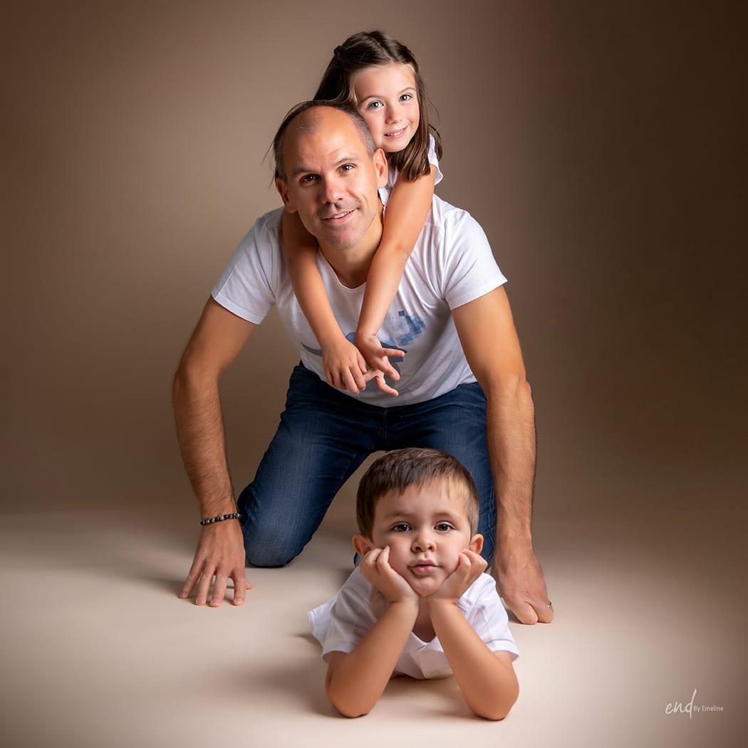 Séance famille dans un studio en Aveyron
